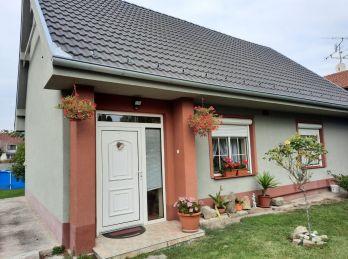 REZERVOVANÝ - Predaj 4 izb. vidieckeho rodinného domu na 16,14 a pozemku, Holice