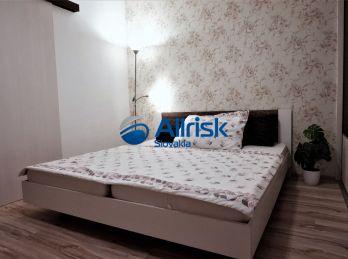 Veľmi pekný zariadený 3-izbový byt na dlhodobý prenájom v Seredi