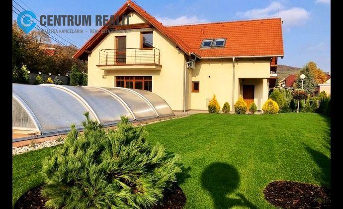 PRENÁJOM: Priestranný rodinný dom v lukratívnej lokalite, Sliačska ul., bazén, záhrada, garáže, alarm, klimatizácie