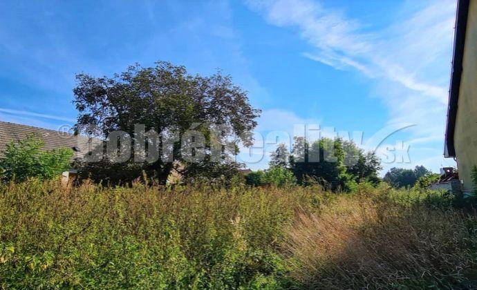 Stavebný pozemok 875m2 v centre obce Tešedíkovo