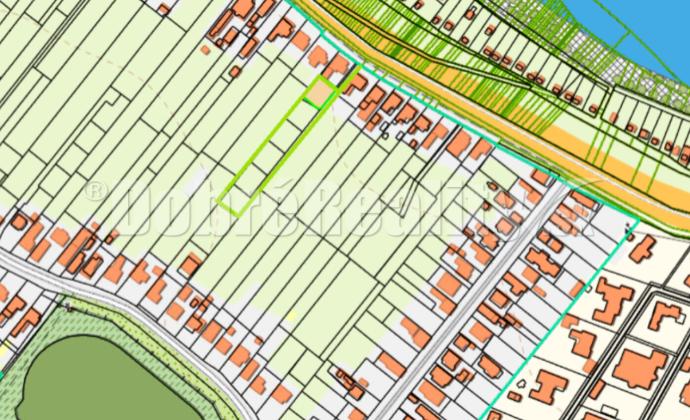 Veľký pozemok bez stavieb 2799 m2 na pokojnom mieste pri rieke Váh v obci Kráľová n/V