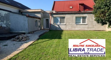 Na predaj rodinný dom s prístavbou a garážou v obľúbenej lokalite v Nových Zámkoch.