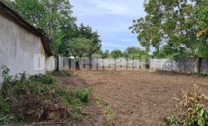 Pekný pozemok bez stavieb 899 m2 na tichom mieste v obci Kráľová n/V
