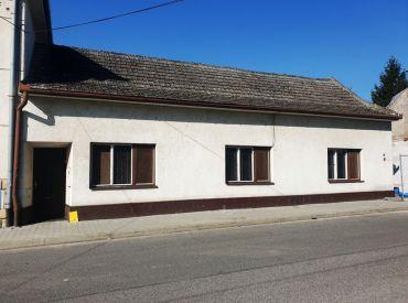 EXKLUZÍVNE ** Na predaj starší tehlový 4-izbový rodinný dom 120 m2 s pozemkom o výmere 557 m2 - Nové Mesto n/V