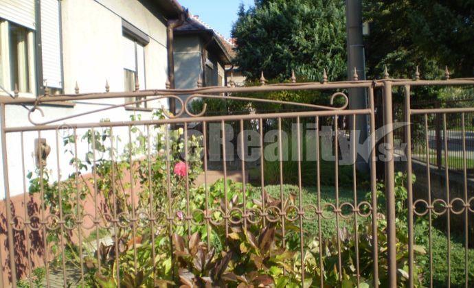Na predaj starší zachovalý obývateľný rodinný dom v Leopoldove , krásny pozemok 1340m2. Treba vidieť !!!