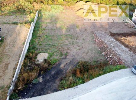 Exkluzívne APEX reality stavebný pozemok v Koplotovciach, 1001 m2, šírka 17 m