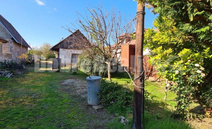 Stavebný pozemok 1284m2 vo výbornej a pokojnej časti blízko centra obce Kráľová n/V