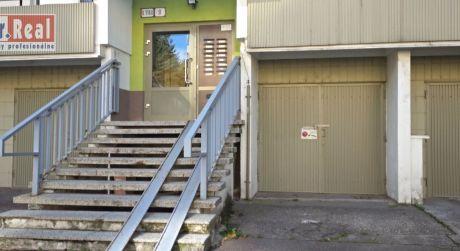 Na prenájom murovaná garáž v Dúbravke na Lipského ulici.