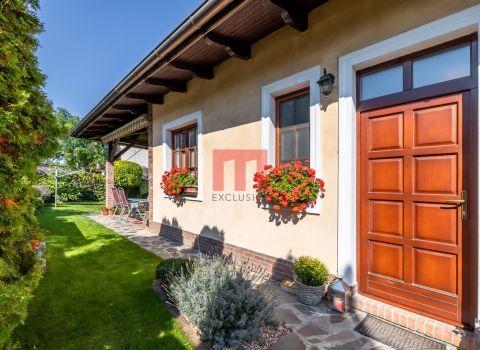 Na predaj krásny 4 izbový rodinný dom postavený v južanskom vidieckom štýle v centre Hamuliakova