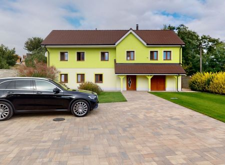 Rodinný dom /pozemok 1225 m2/ Dubovany