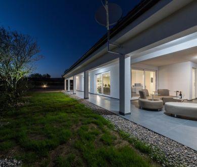 Ponúkame na predaj krásnu vilu s bazénom a veľkým nádvorím, Posedarje - Zadar
