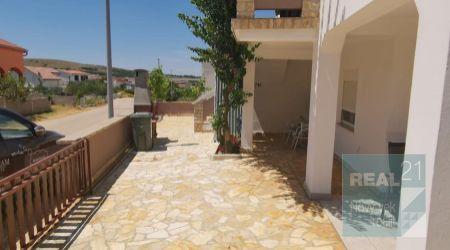 Ponúkame na predaj dom s 3 obytnými jednotkami, 400m od mora, severná strana, Vir - Zadar