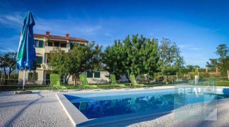 Ponúkame na predaj apartmánový dom, 10 m od mora, Nin-Zadar.