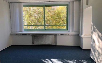 Na prenájom uzavretý blok kancelárií o výmere 100 m2 na Námestí SNP. Možnosť kúpy.