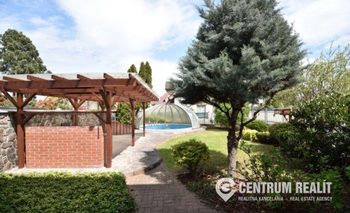 Predaj: veľký tehlový rodinný dom s dvojgarážou a bazénom