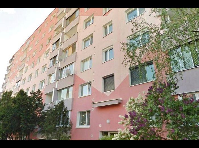 PREDANÉ - ESTÓNSKA, 3-i byt, 70 m2 – kompletná rekonštrukcia, v zateplenom dome, ideálny pre rodinu s deťmi, V PRÍJEMNOM PROSTREDÍ PLNOM ZELENE