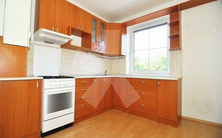 PREDANÉ - MIEROVÁ, 2-i byt, 65 m2 - 13-ročná tehlová bytovka, ľahké PARKOVANIE V OPLOTENOM DVORE, samostatná kuchyňa, VLASTNÉ KÚRENIE