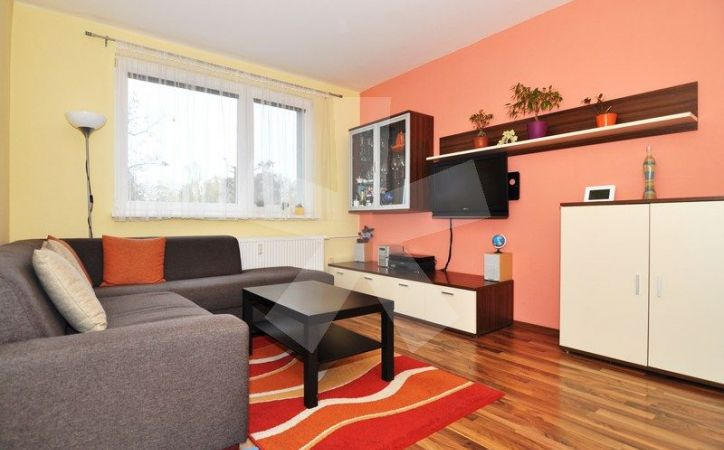 PREDANÉ - ESTÓNSKA, 2-byt, 51 m2 - slnečný byt v prostredí plnom zelene neďaleko LESOPARKU, ZATEPLENÁ BYTOVKA s NOVÝMI STUPAČKAMI