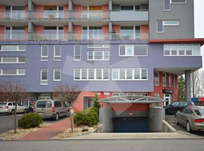 PREDANÉ - NOVÁ ROŽŇAVSKÁ, 1-i byt, 40 m2 - pekný tehlový byt v NOVOSTAVBE, zateplený, so vstavanými skriňami, s veľkou LOGGIOU a spacím kútom