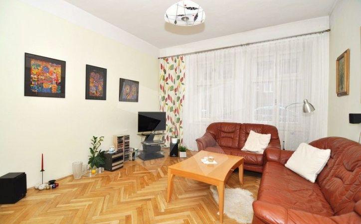 PREDANÉ - GRÖSSLINGOVA, 3-i byt, 61 m2 - čiastočná rekonštrukcia, VLASTNÉ KÚRENIE, veľmi obľúbená lokalita PRIAMO V CENTRE NEĎALEKO MODRÉHO KOSTOLÍKA