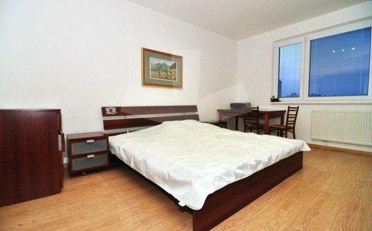 PREDANÉ - BUDATÍNSKA, 3-i byt, 73 m2 - veľmi dobrý pôvodný stav, 8-PODLAŽNÁ BYTOVKA s VLASTNOU KOTOLŇOU, nerušené výhľady, výborná VYBAVENOSŤ OKOLIA