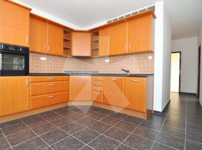PREDANÉ - KOMENSKÉHO, 3-i byt, 70 m2 - rekonštrukcia, príjemný slnečný byt s NERUŠENÝMI VÝHLADMI NA KARPATY, výborný stav bytovky, pri hoteli Majolika