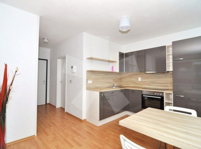 PRENAJATÉ - NEVÄDZOVÁ, 1,5-i byt, 49 m2 - novostavba RETRO, KOMPLET NOVO ZARIADENÝ byt s balkónom, GARÁŽOVÉ MIESTO a ENERGIE V CENE!