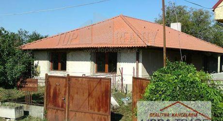 Predáme rodinný dom v obci Moča.