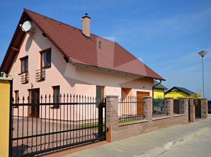 PREDANÉ - HVIEZDOSLAVOV, 4-i dom, 218 m2 – rodinné bývanie v NOVOSTAVBE, pozemok 539 m2, SLNEČNÉ KOLEKTORY, krb, altánok, MES. NÁKLADY LEN 75 EUR