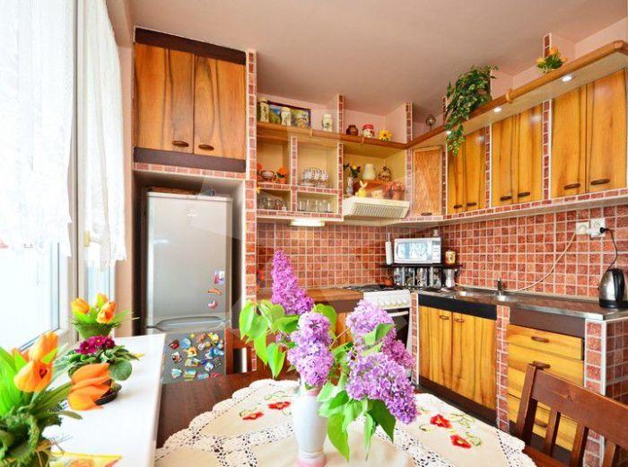 PREDANÉ - PEZINOK – SVÄTOPLUKOVA, 3-i byt, 77 m2 – príjemne zrekonštruovaný byt V ZATEPLENOM DOME, s loggiou, VÝBORNÁ DISPOZÍCIA