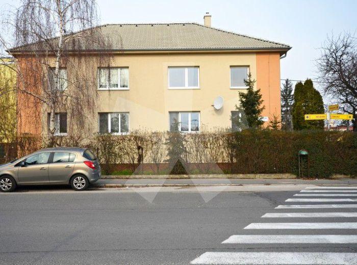 PREDANÉ - VETVÁRSKA, 3-i byt, 62 m2 – v tehlovom dvojposchodovom dome s vlastným ZELENÝM DVOROM – príjemné bývanie s výhodami rodinného domu