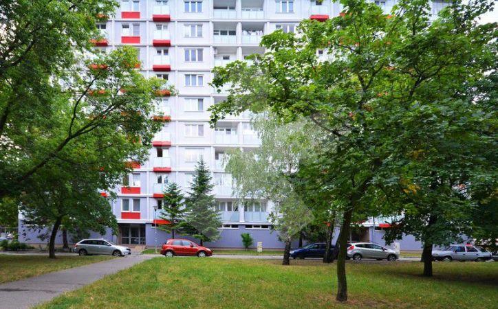 PREDANÉ - KOMÁRNICKÁ, 2,5-i byt, 67 m2 – byt v pôvodnom stave, ZATEPLENÝ DOM, loggia i balkón, v obklopení ZELENE