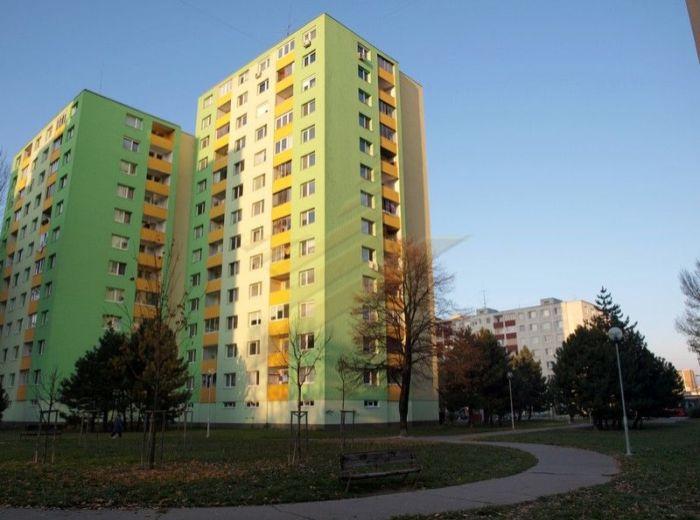 PREDANÉ - MAMATEYOVÁ, 2-i byt, 58 m2 - takmer pôvodný stav, v zateplenom dome na ZAČIATKU PETRŽALKY