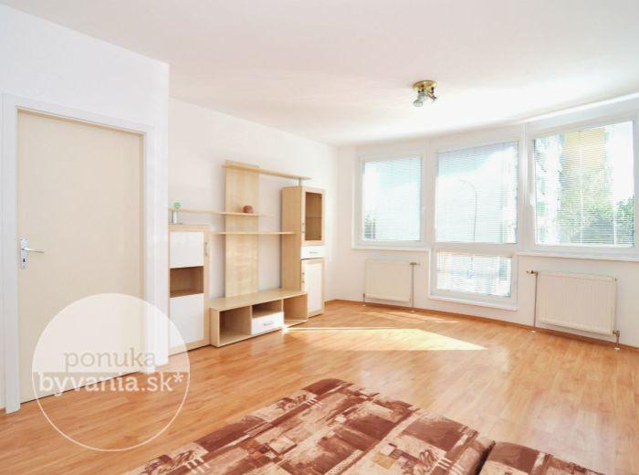 PREDANÉ - CABANOVA, 1-i byt, 49 m2 – 14-ročná TEHLOVÁ BYTOVKA s výťahom, VEĽKÝ BYT s BALKÓNOM a ŠATNÍKOM, obľúbená tichá lokalita plná zelene