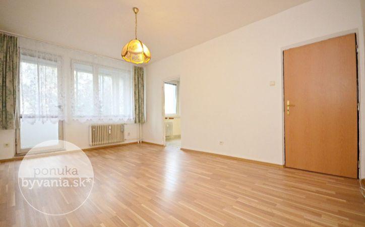 PREDANÉ - BIELORUSKÁ, 3-i byt, 70 m2 – príjemne ZREKONŠTRUOVANÝ byt so zasklenou loggiou, v zateplenom dome, IHNEĎ VOĽNÝ