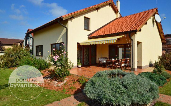 PREDANÉ - MARIANKA, 5-i dom s 3-i relaxačným domčekom, 218 m2 + 101 m2 – krásny nadštandardne zariadený RD, pozemok 1057 m2, krb, sauna, BAZÉN