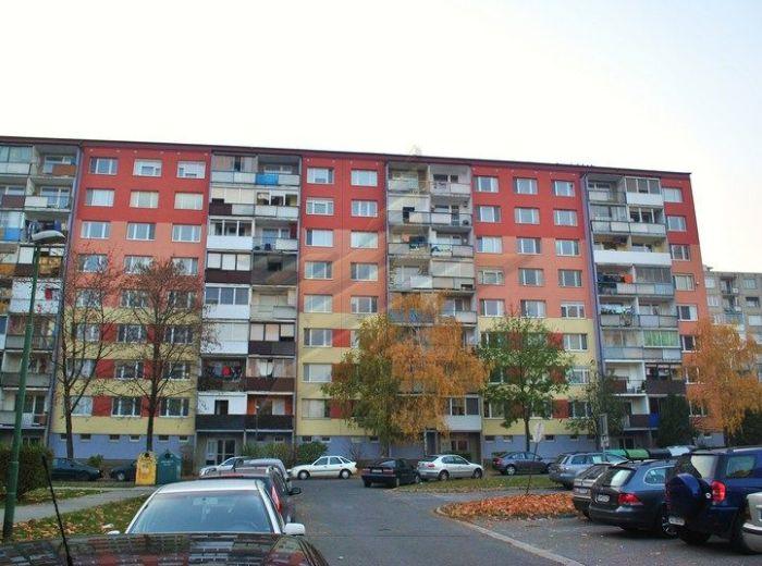 PREDANÉ - BRATISLAVSKÁ, 3-i byt, 72m2 - čiastočná rekonštrukcia, BLÍZKO CENTRA A PEŠEJ ZÓNY