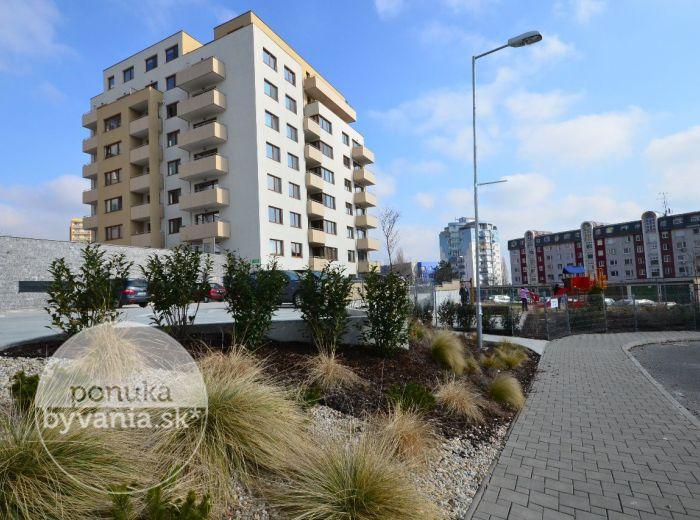 PREDANÉ - KADNÁROVA, 3-i byt, 84 m2 - štýlový byt v modernej NOVOSTAVBE, kolaudovanej v r. 2014, priestranná TERASA, parkovacie státie