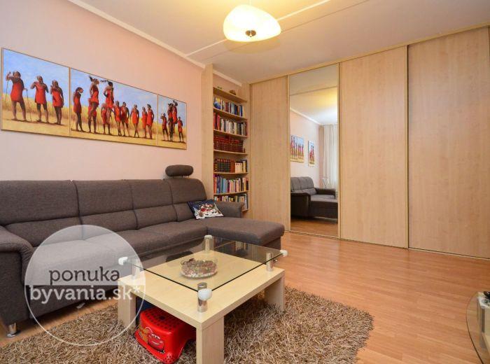 PREDANÉ - ASTROVÁ, 1,5-i byt, 52 m2 - príjemne zrekonštruovaný byt s veľkou loggiou, ZATEPLENÝ, zeleň pod oknami, v blízkosti jazera ROHLÍK