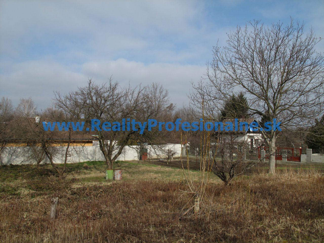 PREDANÉ ZA 54 DNÍ: Pozemok 818 m2 na predaj v Ivanke pri Dunaji je určený na priestranný rodinný dom alebo dvojdom