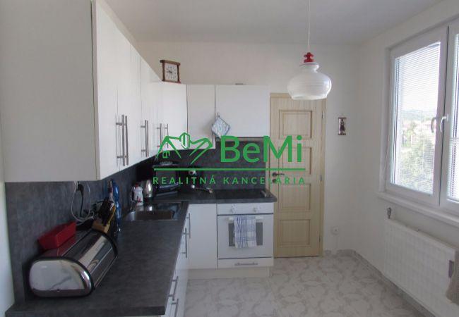 Predáme veľký, zrekonštruovaný 2 izbový byt v Pukanci (367-112-AFI)
