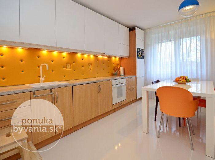 PREDANÉ - KADNÁROVA, 2-i byt, 54 m2 - krásny NADŠTANDARDNE zrekonštruovaný moderný byt, kompletne ZARIADENÝ, vlastný KOTOL, v zateplenom tehlovom dome