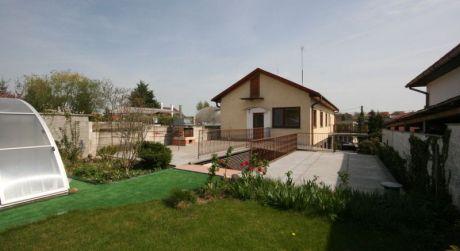Nemčice - 5 izbový dom s krbom, altánkom a bazénom