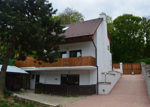 Nová znížená cena !!! Výnimočné miesto, luxusné bývanie v  prírode a pocit dokonalého súkromia v prestížnej časti Bratislavy - Dúbravky