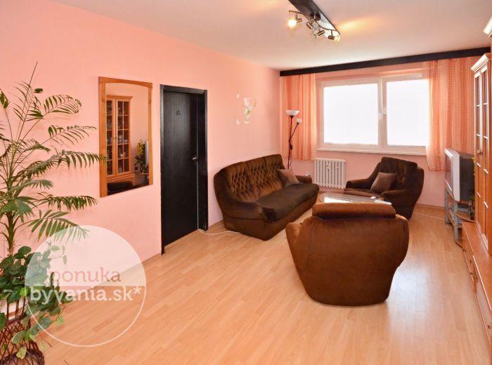 PREDANÉ - IPEĽSKÁ, 3-i byt, 73 m2 - čiastočne ZREKONŠTRUOVANÝ byt so zasklenou loggiou, v ZATEPLENOM dome, kúpou voľný