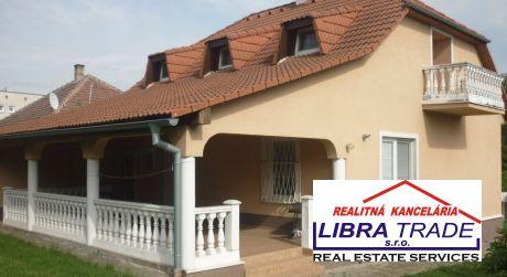 Na predaj apartmánový dom s velkou terasou v obci  Podhájska