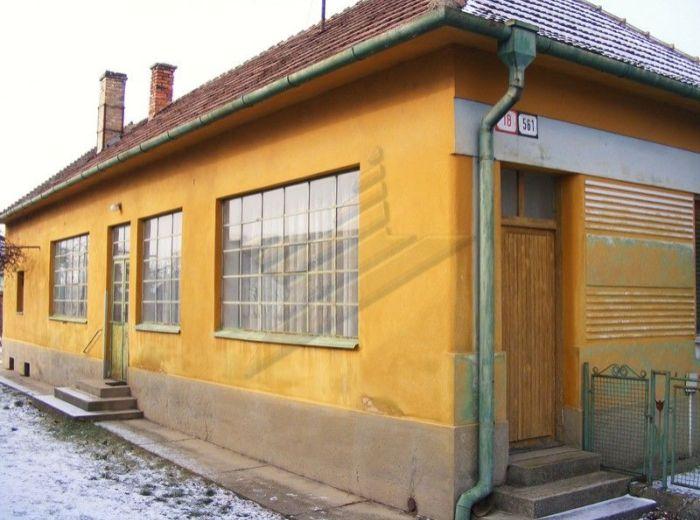 PREDANÉ - ŠKOLSKÁ - VEĽKÝ BIEL, 3-i dom, 115 m2 - v pôvodnom stave, so slnečným pozemkom 1 532 m2, LEN 48 EUR / m2 VRÁTANE DOMU