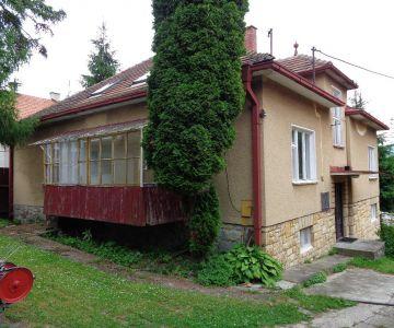 Dvojgeneračný dom s velkou záhradou v obci Ploštín na predaj.