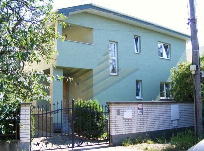 PREDANÉ - BERNOLÁKOVO - NÁLEPKOVA, 5-i dom, 291 m2 - zrekonštr. 2-generačný dom, 2 kuchyne, 2 kúpeľne, pozemok 1 170 m2 s parkovou úpravou a OVOCNOU ZÁHRADOU