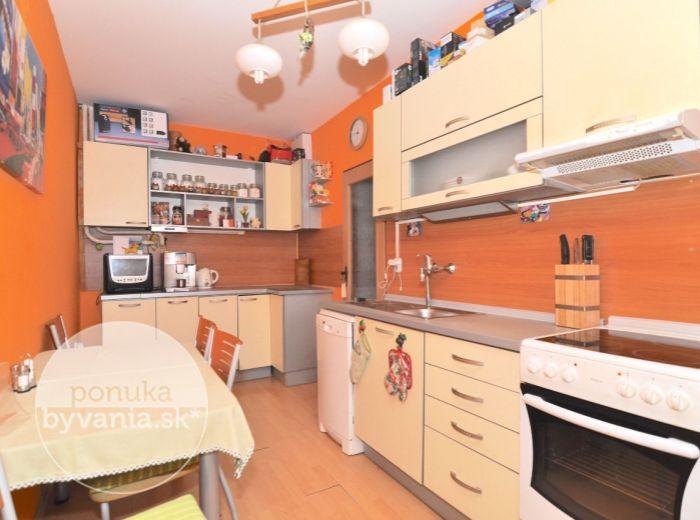 PREDANÉ - ŠTEFÁNIKOVA, 2-i byt, 60 m2 – tehlový byt, čiastočná rekonštrukcia, ORIENTÁCIA DO TICHÉHO DVORA, vlastná kotolňa